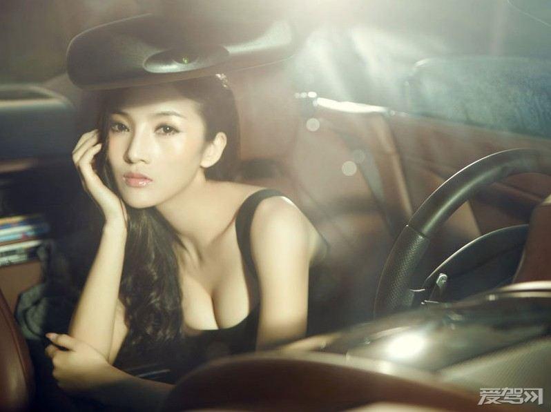 百变美女身材火爆用自身魅力征服豪车 车模荟